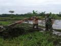 Menggugah Semangat Petani, Babinsa Turun Langsung Dalam Pengolahan Lahan