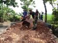 Babinsa 0811/17 Senori Bersama Masyarakat Karya Bhakti Buat Jalan Setapak
