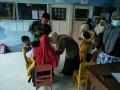Koramil 18/Gondang Bersinergi Dengan UPT Puskesmas Berikan Imunisasi Bagi 808 Siswa Di Desa Tawar