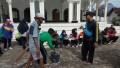 Babinsa koramil 0811/13 Tambakboyo, ajak masyarakat  Karbhak bersihkan Halaman Di sekitar masjid. Desa gadon