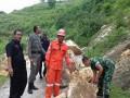 Babinsa Ramil 0811/06 Plumpang Bantu Warga Bersihkan Longsoran Tebing