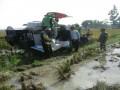 Babinsa Ikut Dalam Pengendalian Mesin Traktor Panen Padi Di Kec Sekaran