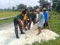 Perlancar Akses Jalan Menuju Desa, Babinsa Kedungpring Beserta Masyarakat Gotong Royong Perbaiki Jalan