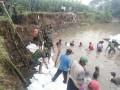 Tanggul jebol TNI bersama warga dan Polri beraksi di Tarokan Kediri