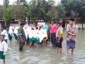 Bersama Muspika Danramil Karangbinangun Dampingi Wakil Bupati Lamongan Dalam Tinjau Lokasi Banjir Di Desa Ketapang