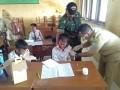 Cegah mewabahnya penyakit Difteri, TNI dampingi Imunisasi di Kec Kedungpring