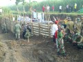 TNI – Polri Bersama Instansi Terkait & Warga Karya Bakti Benahi Tanggul Jebol Di Trowulan