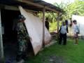 Wujud Bakti TNI Dalam Melaksanakan Kerja Bhakti Pembongkaran Rumah Tidak Layak Huni ( RTLH ) Di Kecamtan Turi