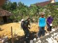 Guna Mendukung Kelancaran Dan Mensukseskan Upsus Pajale, Babinsa Kedungpring Gotong-Royong Perbaiki Saluran Irigasi