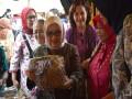 Ibu Mufidah Jusuf Kalla Kunjungi Sentra Batik Tulis Tenun Gedok