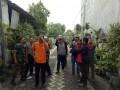 Babinsa Koramil 0814/01 Jombang Bantu Pemasangan CCTV