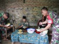 Manunggal Dengan Rakyat, Satgas TMMD Ke-102 Makan Bareng Warga