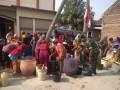 Babinsa Koramil Sugio Bantu dalam Pendistribusian Air Bersih