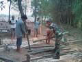 Babinsa Koramil 0814/10 Mojoagung  Buat Jembatan Sementara