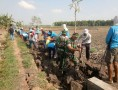 Tumbuhkan Semangat Gotong Royong, Babinsa Koramil 0812/01 Kota Bantu Pembuatan Plengsengan