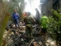 Babinsa Koramil 0812/03 Turi Bantu Warga Padamkan Api Yang Melahap Dapur Rumah Warga