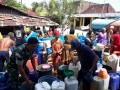 Babinsa Desa Telogoagung bantu pendistribusian air bersih kepada warga