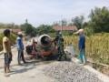 Babinsa Koramil 0814/05 Perak Bantu Pengecoran Jalan