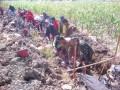 Babinsa 0812 Babat Bantu Masyarakat Dalam Pembuatan Plengsengan