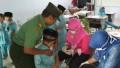 Danramil 0815/04 Puri Terjun Langsung Membantu Layanan Imunisasi Difteri