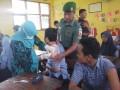Anggota TNI Posramil Temayang Motivasi Siswa Terima Vaksin Difteri
