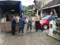 Babinsa Koramil 08/Dawarblandong Bantu Salurkan Bantuan Bagi Warga Terdampak Banjir