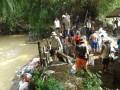 Koramil 0815/12 Ngoro Bersama Perangkat Dan Warga Karya Bakti Perbaiki Tanggul Jebol